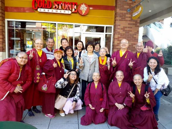 蓮香師母與馬來西亞般若雷藏寺及太平雷藏寺眾同門在冰淇淋店前留影