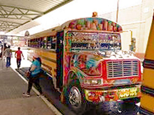 巴拿馬彩繪巴士