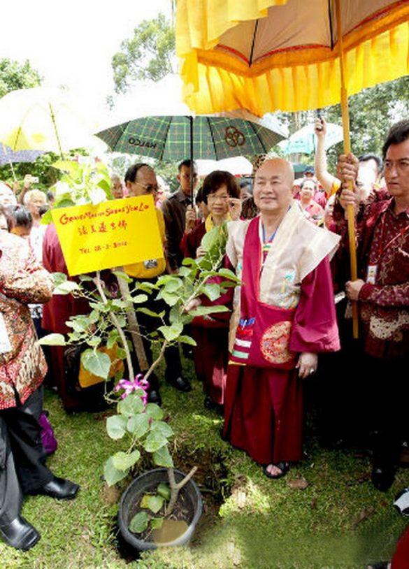 012年聖尊蓮生活佛印尼弘法在占碑種下菩提樹