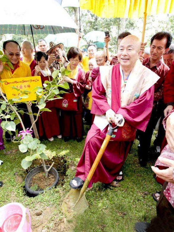 2012年聖尊蓮生活佛印尼弘法在占碑種下菩提樹