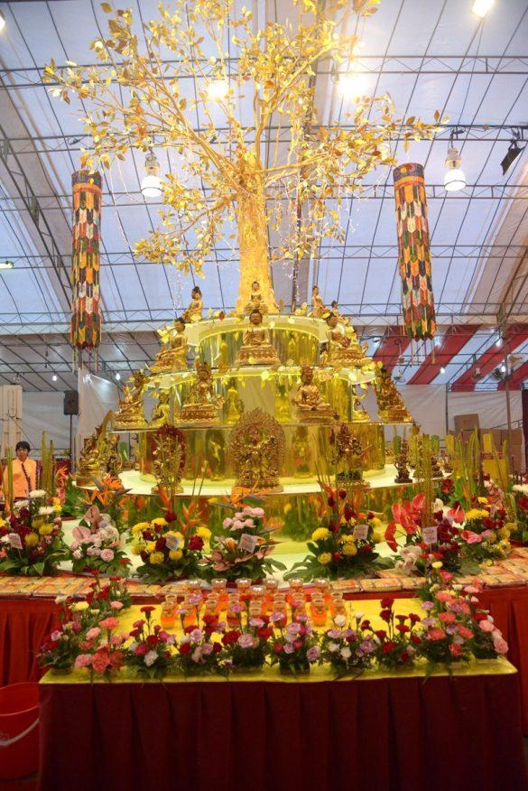 寶部曼陀羅壇城中央的一棵寶樹閃閃發光發亮,金光閃閃。