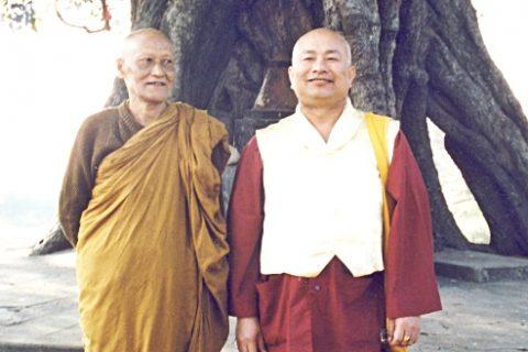 1996年11月24日,蓮生法王盧勝彥與菩提寺住持維摩拉蘭達攝於藍毘尼佛陀出生地。